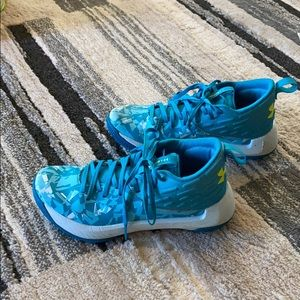 🏀  Girls under Armour basketball shoes!